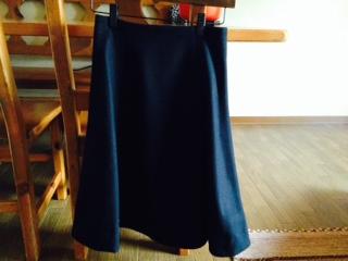 黒のミモレ丈スカート画像