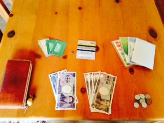 お財布の中のお金やカードの画像