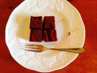ウェッジウッドの白いお皿にのせた手作りのソイチョコ画像