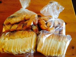 無添加の食パンとフランスパン画像