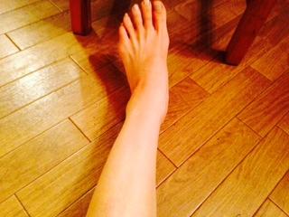 エクストラバージンオリーブオイルでマッサージした40代女性の足