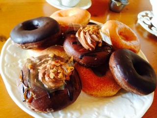 ウエッジウッドの白いお皿に盛ったドーナツ画像