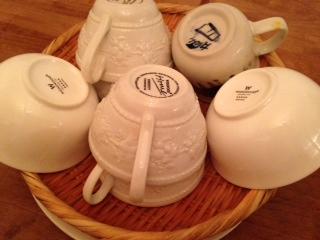 洗い終わった白い食器画像