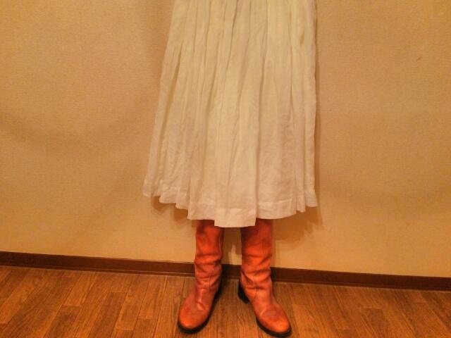 白いリネンのスカート コーディネイト画像
