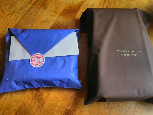 2つの包みで届いたクレドランの長財布画像
