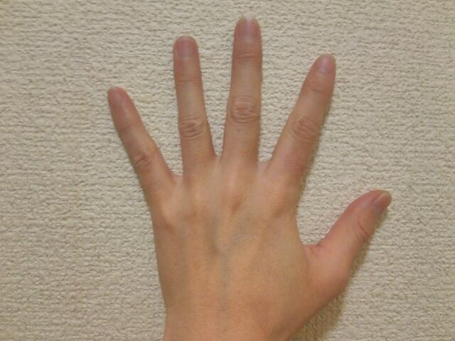 パックスナチュロン ハンドクリームでマッサージした女性の手画像