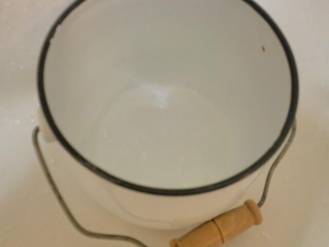 花瓶がわりにも洗濯にも使用しているホーローバケツ画像