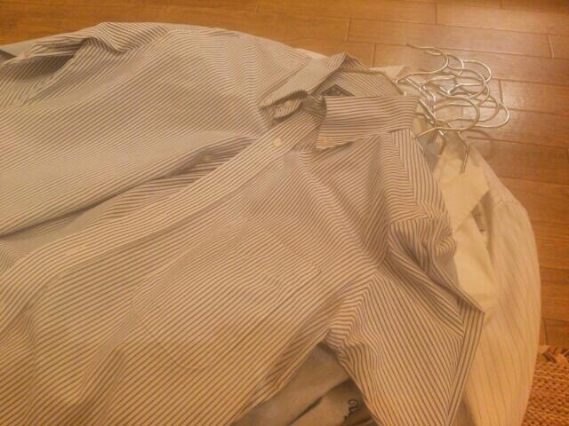 アイロンをかけたYシャツを大木製作所ステンレスハンガーにかけた画像