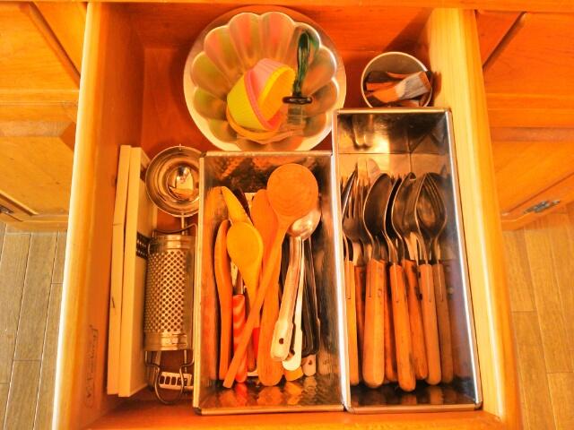 食器棚の引き出しの中のカトラリー画像