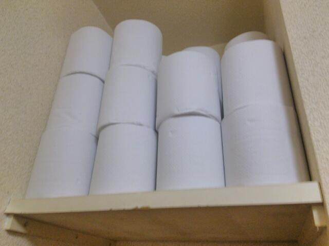 備え付けのトイレットペーパーを並べた棚画像