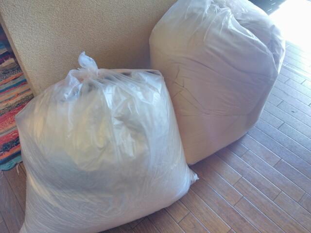 無印良品のビーズクッションを詰めたごみ袋2袋画像