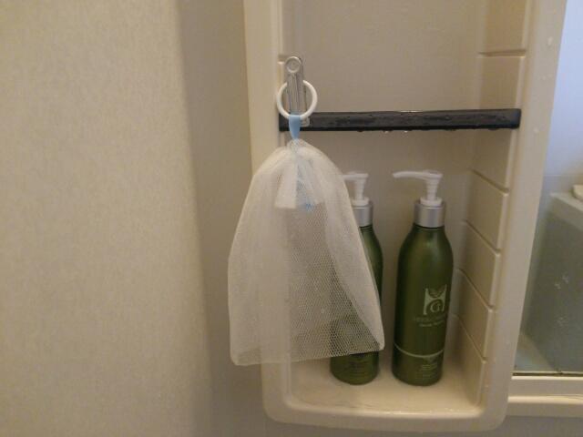 お風呂場に100均セリアの泡立てネットをひっかけた様子