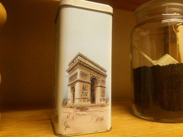 素敵なお菓子の空き缶に詰め替えた紅茶とティースプーン画像