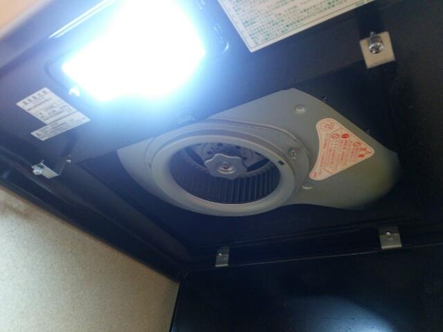 2カ月掃除していないキッチン換気扇 カバーをはずした中のモーター画像