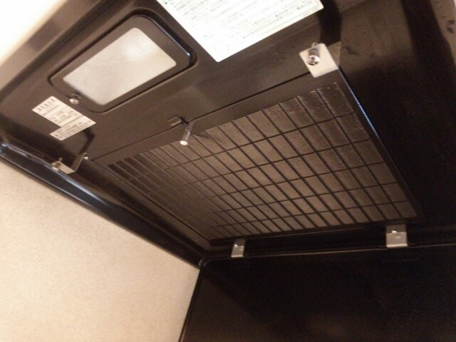 2カ月掃除していないキッチン換気扇フィルターをはずした箇所の画像