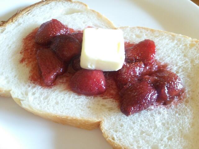 自家製いちごジャムをのせた食パン画像