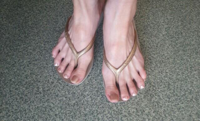 プチプラネイルでペディキュアした足の画像