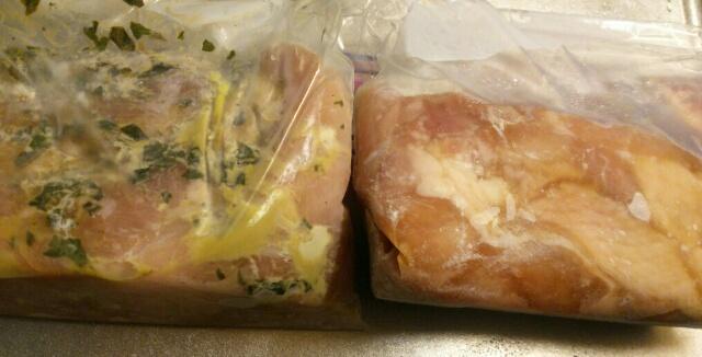 自家製バジルソースとからあげ用調味料に漬け込んだ冷凍鶏もも肉画像
