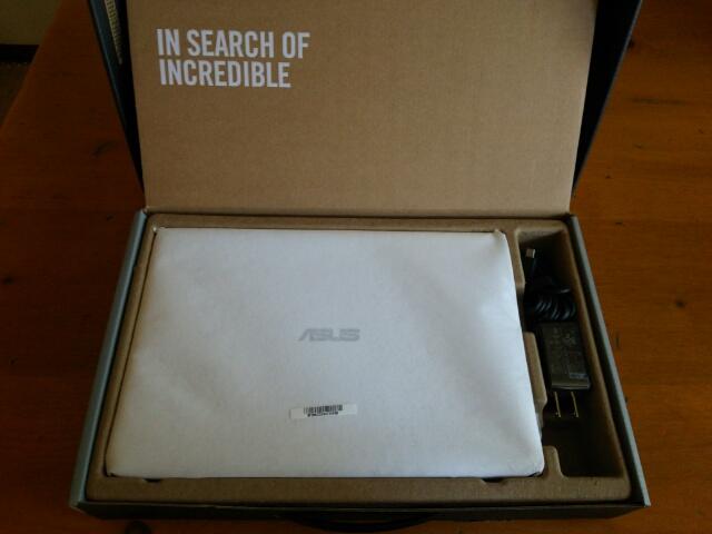 箱を開けた状態のASUS ノートパソコンEeeBookX205TA画像