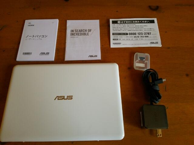 ASUS ノートパソコン EeeBookX205TAの入っていた箱の中身画像