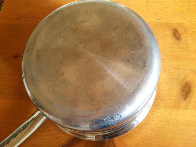重曹でピカピカになったステンレス鍋 底画像