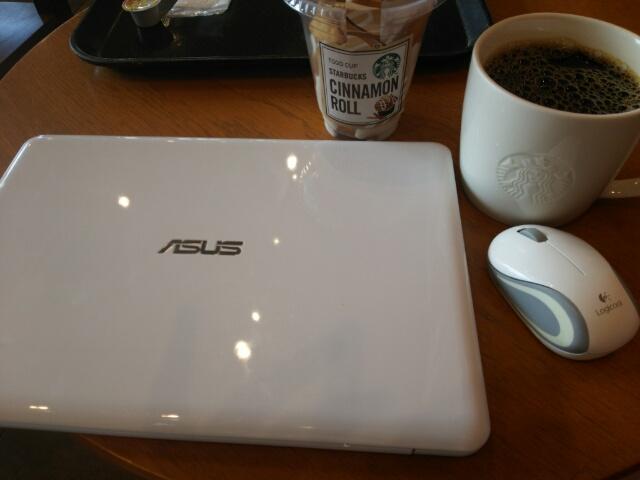 ノートパソコンとスタバのホットコーヒー、カップ入りシナモンロール画像