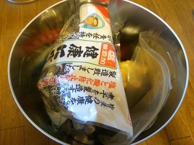 乾物や使いかけの調味料などを収納したカルディービッグトマト缶画像