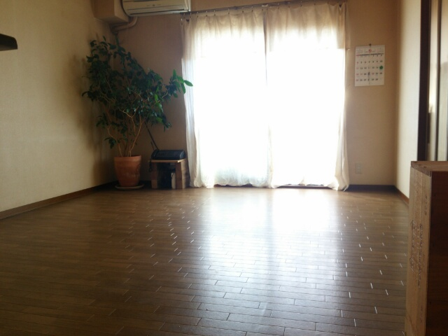 動かせる家具を退かして水拭きしたリビング画像