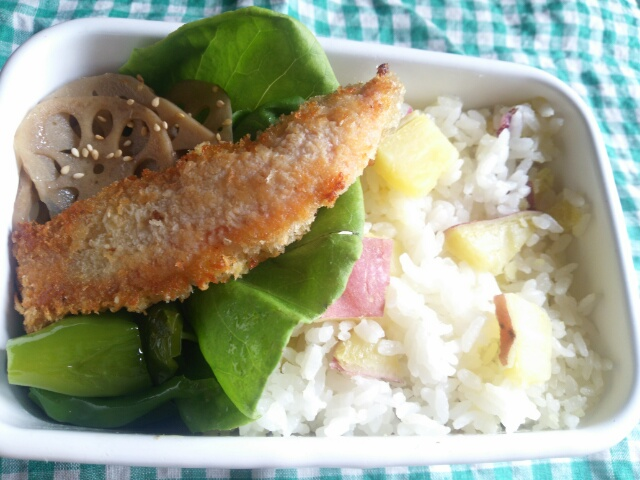 さつまいもご飯と秋鮭秋鮭のフライ弁当画像