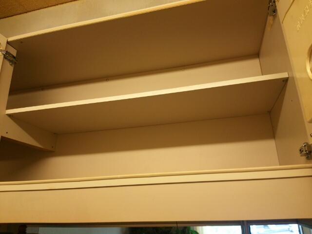 モノを全部出して空っぽにしたキッチンの備え付けの棚画像