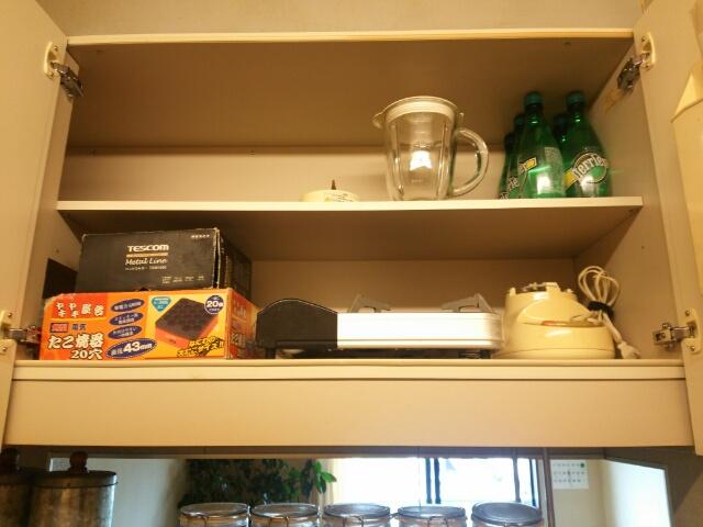 キレイに掃除したキッチンの備え付けの棚中身画像