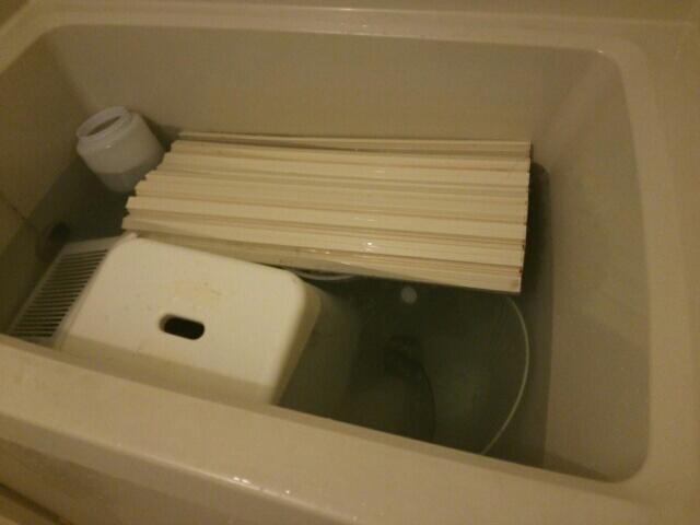 残り湯にセスキ炭酸ソーダを入れてお風呂の換気扇や洗面器、椅子など浸け置きしている画像