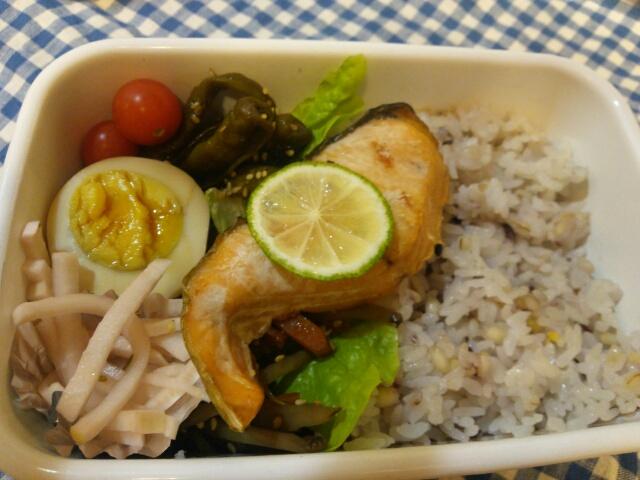 雑穀米と塩鮭弁当画像