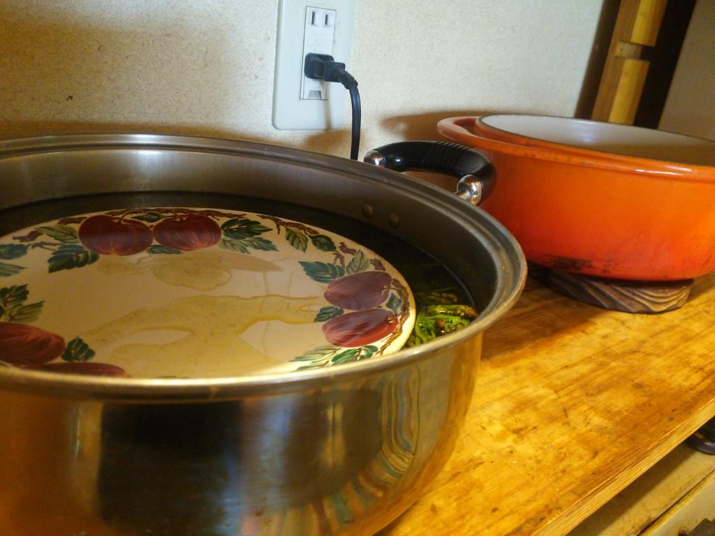 わらびのあく抜きしている鍋