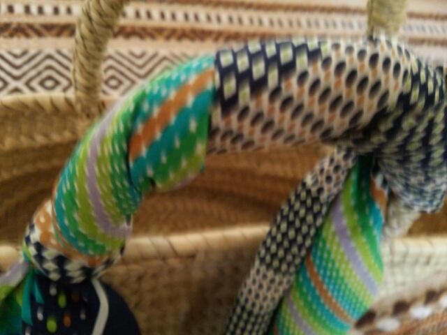 かごバッグの取手に巻きつけた祖母の形見のスカーフ