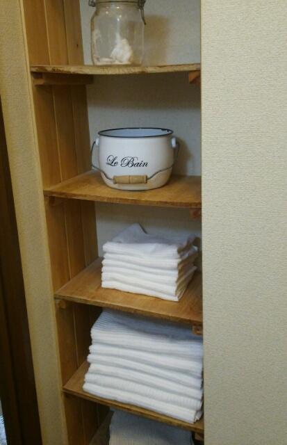 白い今治タオルが並ぶ棚