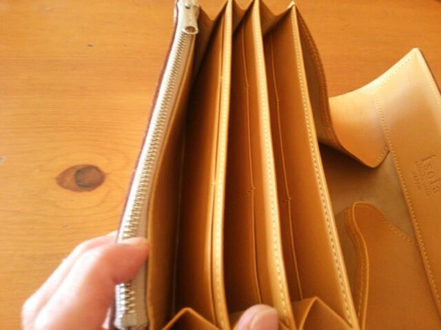 isolaゴールド長財布の中