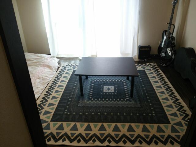 ニトリのラグ~インド綿100%(180×180)を敷いた一人暮らしの部屋