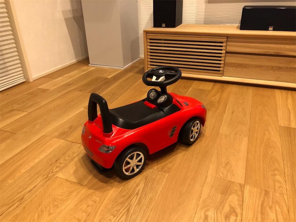 無垢材の上を走る車のおもちゃ