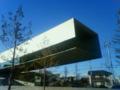 新しくできたホキ美術館へ。建物が一部宙に浮いている