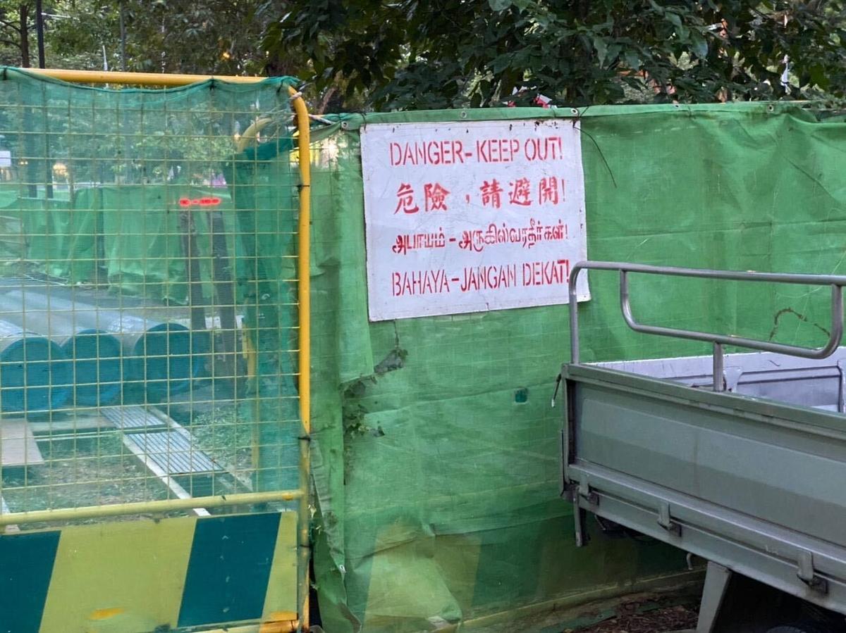 シンガポール 工事現場の注意書き