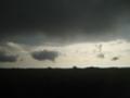 とても低く黒い雲。