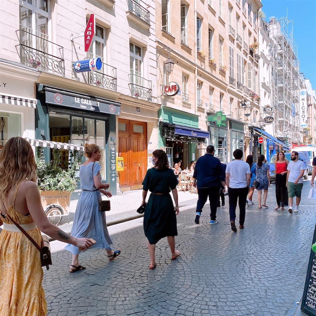 人通りの増えたパリ