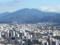 写真中央の鳥居が平安神宮、中央奥の山が比叡山