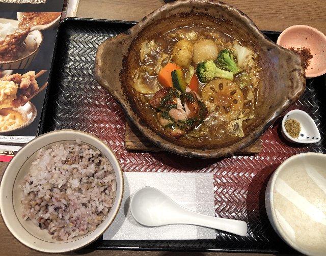 8種の野菜とバジルチキンのスパイシースープカレー