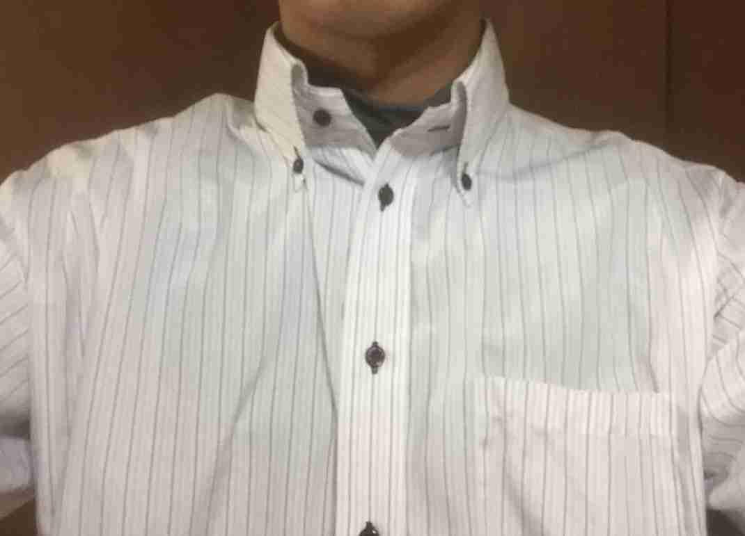 インナーの上にシャツを着用