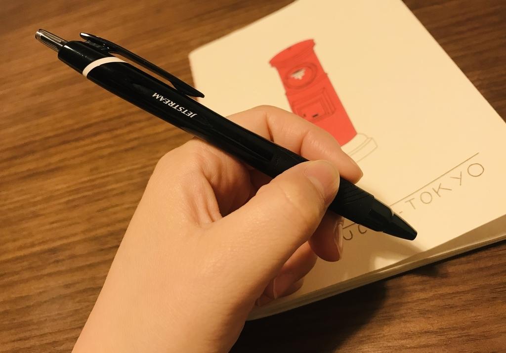 左利きの人間が使用することによって、製品ロゴが上下逆さまになっているボールペン・ジェットストリームの写真です。