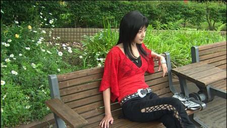 外側が編まれたズボンをはき、ベンチに座って演技中の木下あゆ美