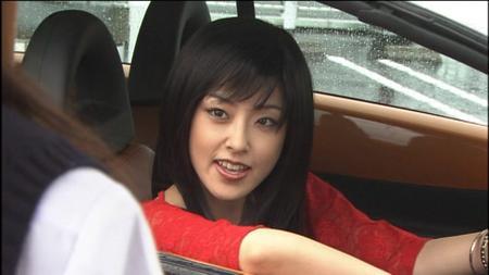 車の窓から顔を出す演技中の木下あゆ美