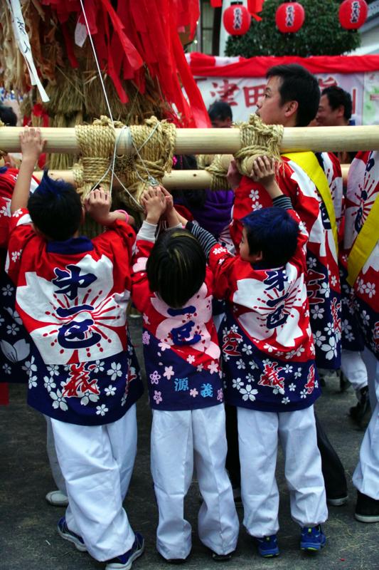 京都新聞写真コンテスト 縁の下のちびっ子たち